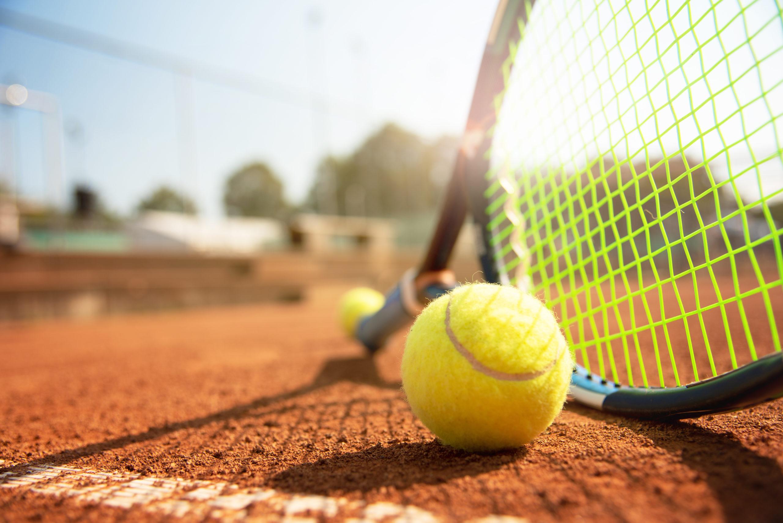 Tennis, Tennisschläger und Tennisball am Tennisplatz - SV